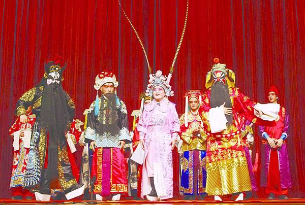 14_(左起)廖椿文、張銳民、李崇遠、葉時溥及(後排)外籍生龍套謝幕