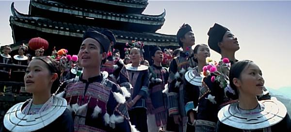 5身著傳統服飾的青年男女對唱山歌