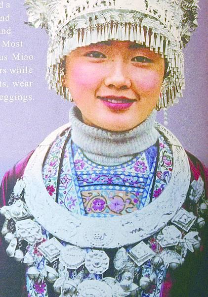 7苗族女郎服飾滿戴銀飾