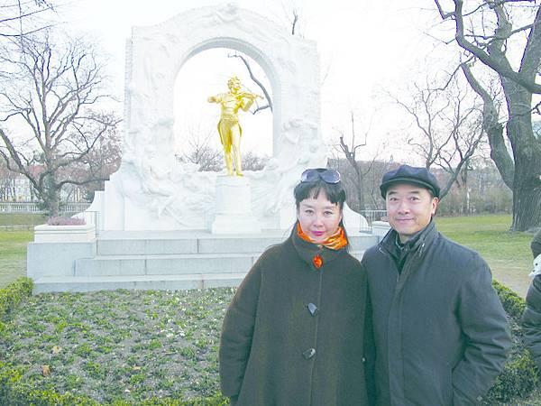 21_(左起)孫萍與丈夫葉金森甜蜜合影