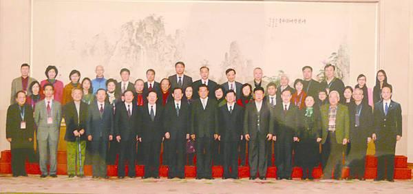 14_全國政協主席賈慶林(前排正中)和海外與會學者合影.JPG