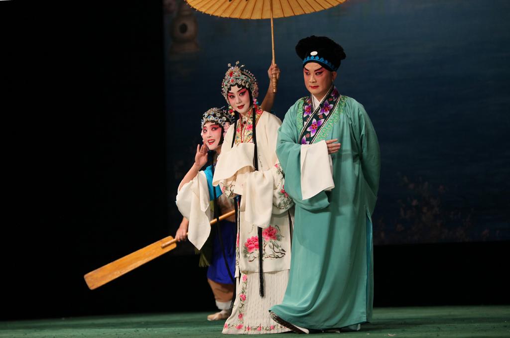 《白蛇傳》李勝素飾前後白素貞(中);江其虎飾許仙(右);戴忠宇飾小青(左)