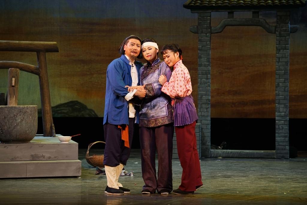 5滬劇《借黃糠》(左起)韓朝群飾李俊明_朱麟飛飾大囡_錢瑩飾小囡