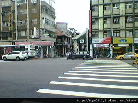 捷運站就在對面