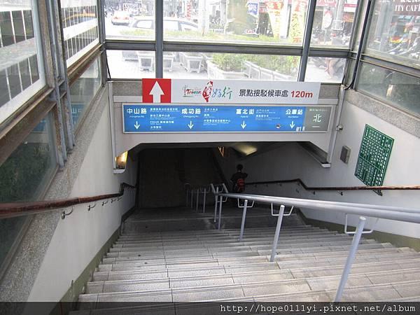 出火車站右轉有地下道