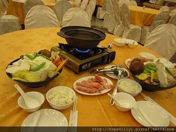 附的晚餐火鍋看起來還好但吃起來好飽