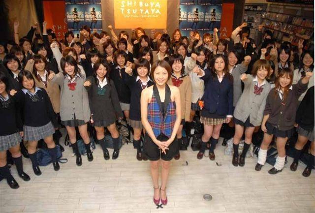 長澤雅美和一群高中女生在澀谷TSUTAYA