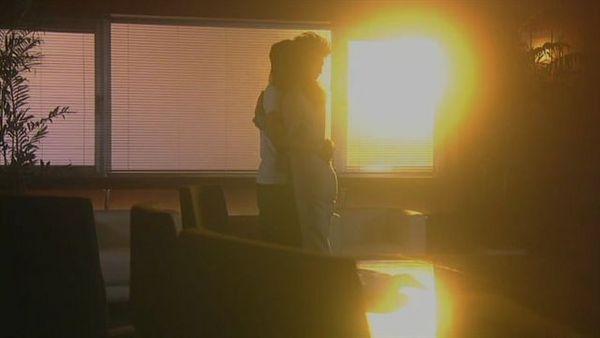 夕陽斜照下的,假擁抱