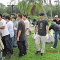 大一學生幫忙除草與加添介質2009.10.07.JPG