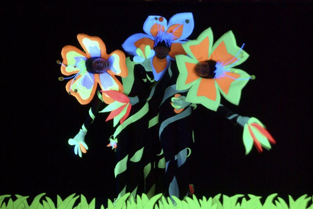 Black-Light-Theatre-XVOZKFARGWMK_32_thumbnail.jpg