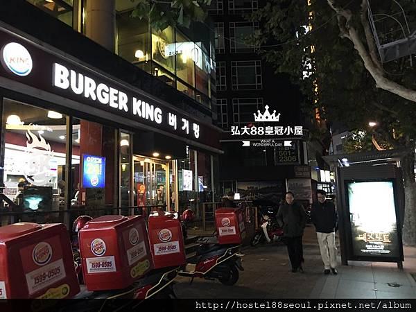 看到漢堡王巷子左轉進去
