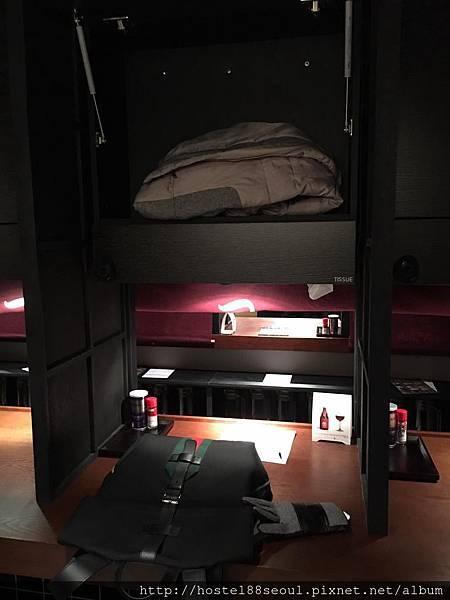個人座位區上方置物櫃