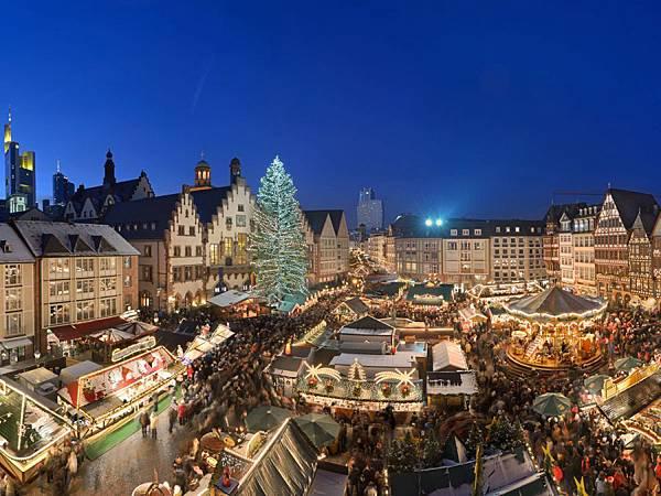 Weihnachtsmarkt-Nachtaufnahme-Panorama_front_magnific.jpg
