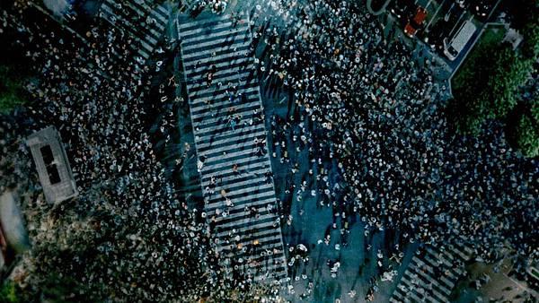 002【蚱蜢】劇照_本片主要場景選在澀谷街頭,導演透露其實大部分是合成拍攝.jpg