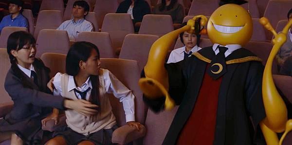 002【暗殺教室:畢業篇】短片劇照_殺老師在影廳中講電話大聲喧嘩,造成其他觀眾的困擾.jpg