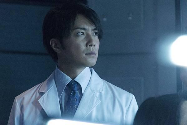 001【暗殺教室:畢業篇】劇照_成宮寬貴這回飾演瘋狂科學家,與二宮和也將有多場精彩對手戲.jpg