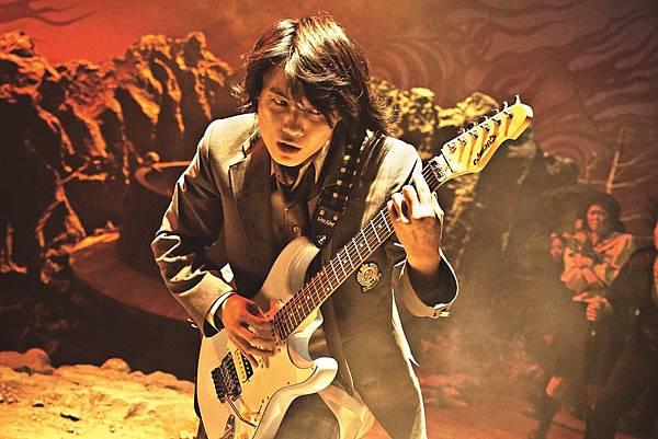 001【地獄哪有那麼HIGH】劇照_神木隆之介為了接演本片,花費五個月時間苦練吉他推弦技巧.jpg