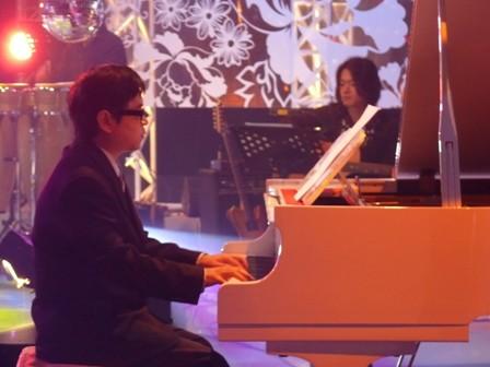 表哥彈鋼琴.JPG