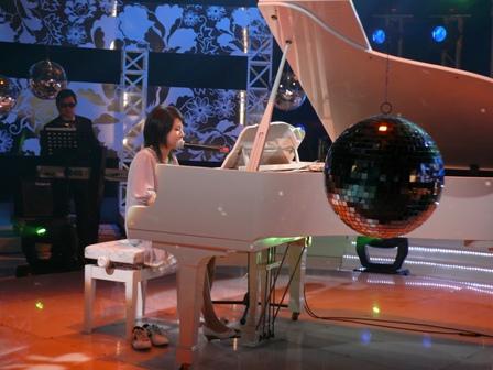 曾雅君彈鋼琴住一看球鞋在旁邊.JPG