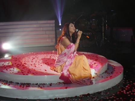 許景淳坐在玫瑰花瓣中唱歌.JPG