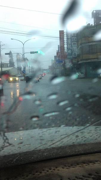 整個馬路都淹水了