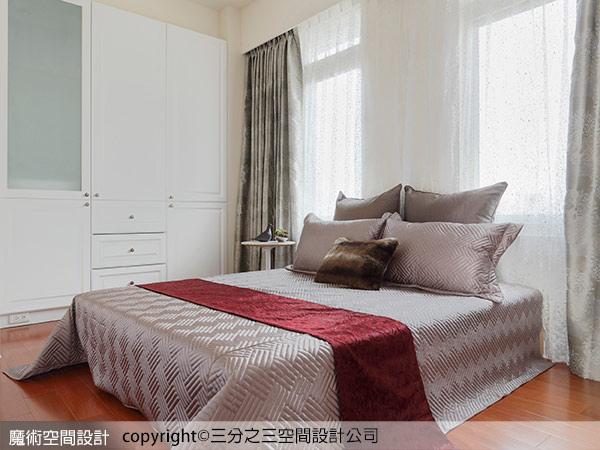 10臥室利用大俐落的壁櫥書櫃,修飾調大梁柱壓頂的困擾;同時裡面也暗藏了驚人的收納機能。