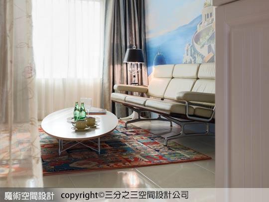 08Eames沙發的角度和精簡的線條,展現了核桃木與柔軟的皮革材質的豐富性,二者再與拋光鋁椅架腳的和諧結合,更加彰顯出Eames的經典風範。