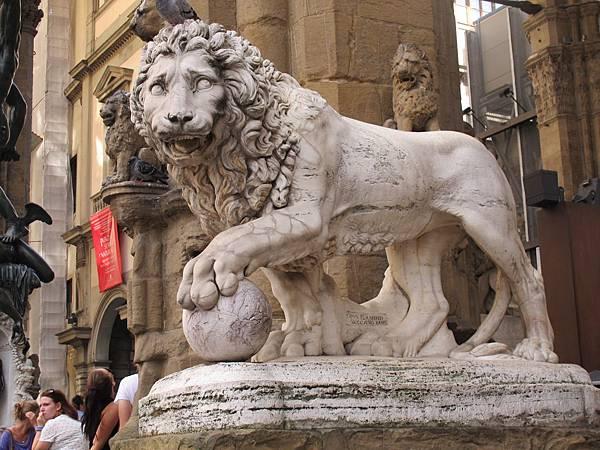 傭兵迴廊前的石獅