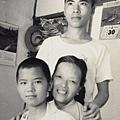 1967年〈我唸雄中高二〉 自助新村和母親及家建合影