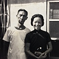 雙親於自助新村家門