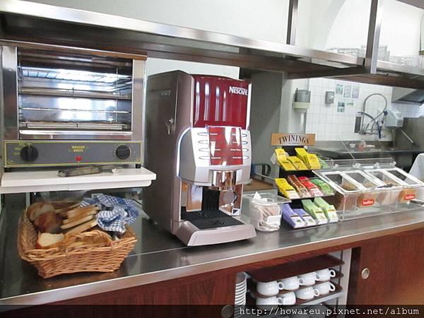 早餐咖啡機和麵包