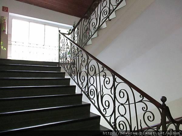 寬敞的樓梯