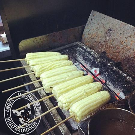 悶煮好的玉米上烤架啦!