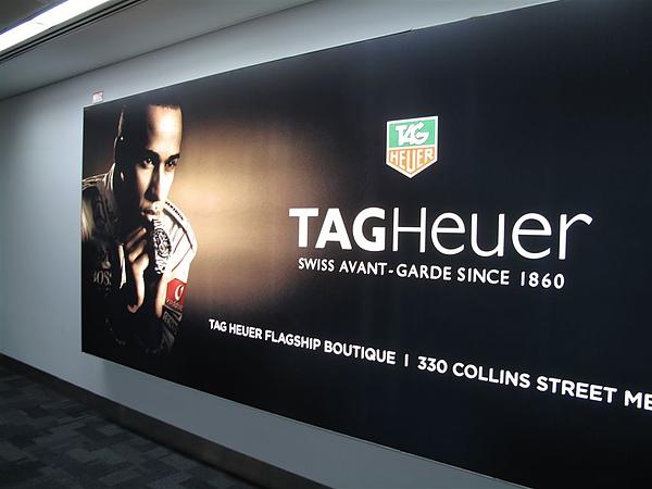 在機場就可以看到打很大的廣告看板