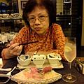 042_媽媽吃得很開心.JPG