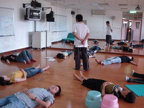 教師成長~~躺地.jpg
