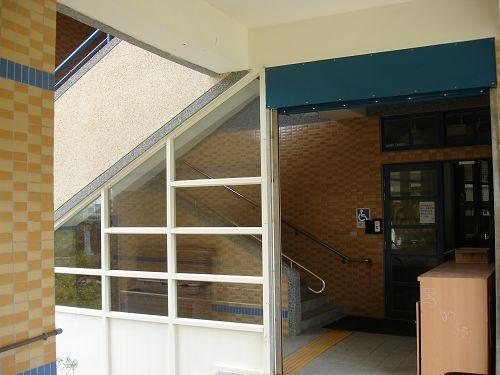 加設鐵門 保護原本外露的 樓梯.jpg