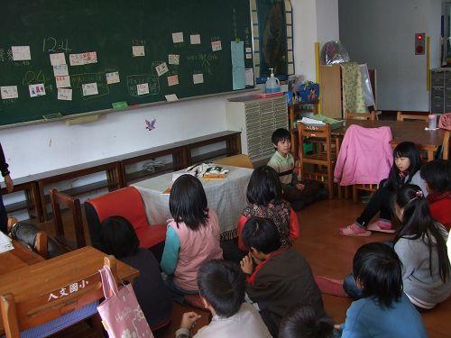 1 在黑板前是負責提醒同學時間的靜心長.jpg