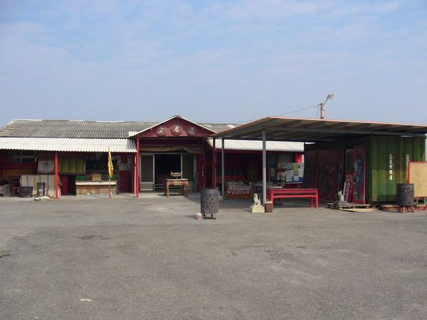 居然是鐵皮屋+貨櫃屋