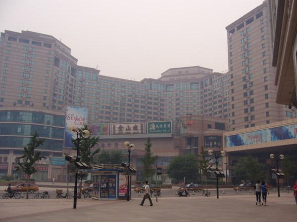 旁邊就是新世界商場