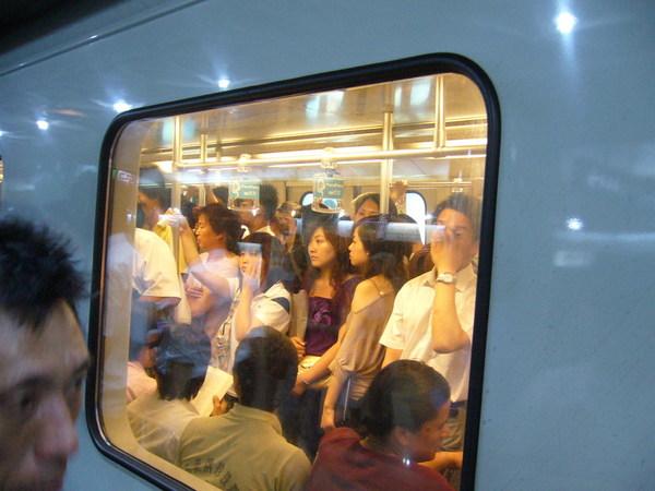 下午六點的上海地鐵