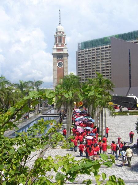 九廣東線舊鐘樓,下面一群紅衫軍