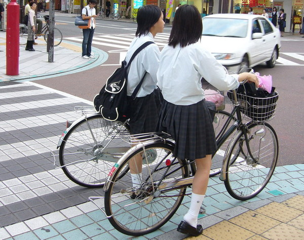 騎自轉車的學生