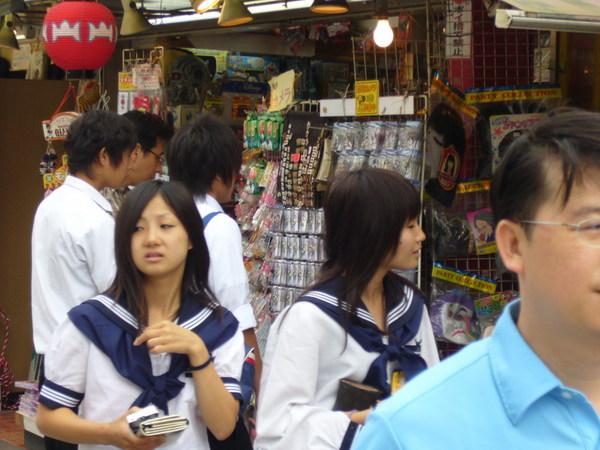 淺草寺也是有一堆穿制服的學生