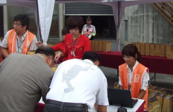哲宇、紅衣妹與志工雅貞