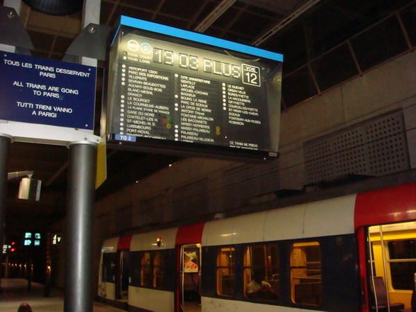 抵達巴黎戴高樂機場(CDG),搭RER B線進市區