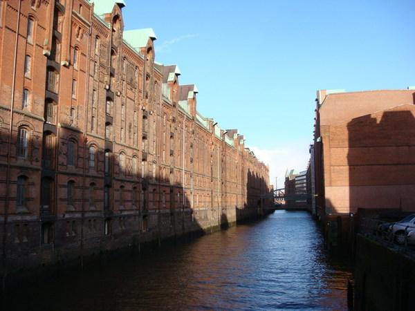 運河旁的房子