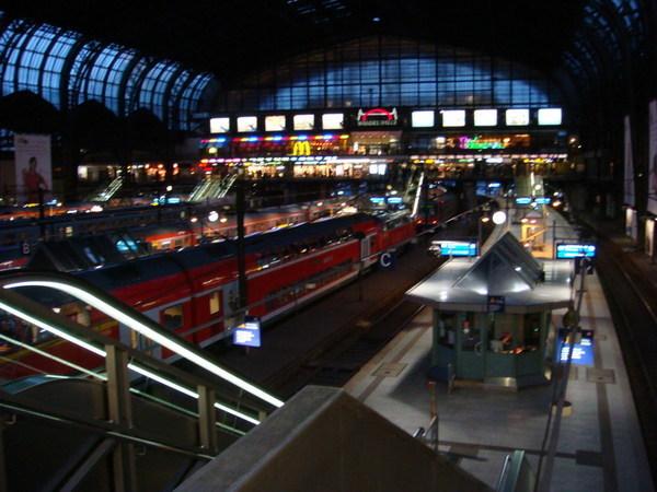 天還濛濛亮就去漢堡中央車站