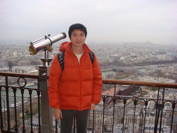 在艾菲爾鐵塔第二層觀景台