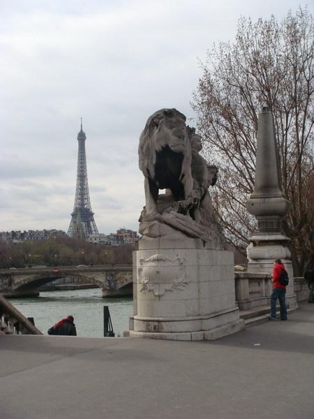 橋上遠眺鐵塔